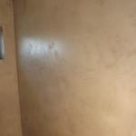 Ściany w łazience z mikrocementu