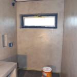 Ściany w łazience i stolik pod umywalkę z mikrocementu