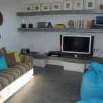 Posadzka i półki z mikrocementu w pokoju
